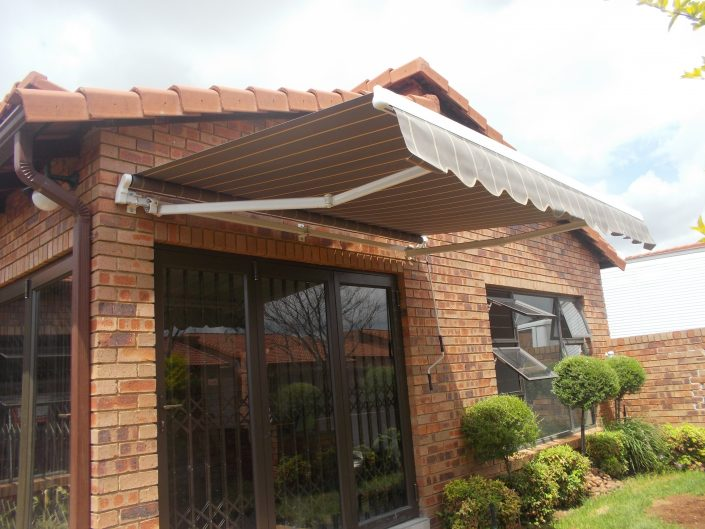 Folding-arm awnings consist of two lateral arms that are spring-loaded and attached to a bar that is then attached to the exterior of a building. The folding lateral arms retract the awning and can be operated manually with a crank handle or be automated.